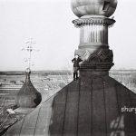 На крыше каменного храма