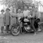 Народ у мотоцикла