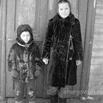 Дети на крыльце школы