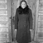 Девушка в пальто с большим воротником