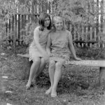 Девушки на скамейке в школьном саду
